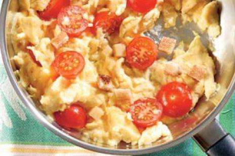 Jajecznica z grzankami i pomidorkami