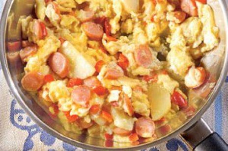 Jajecznica z ziemniakami i parówkami