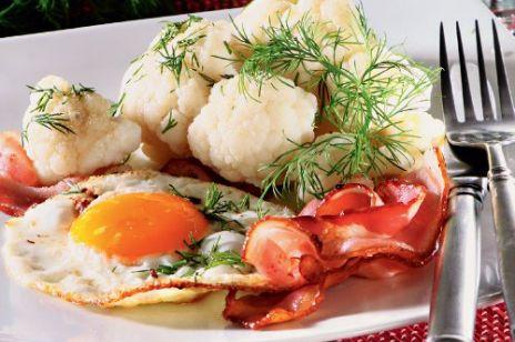 Kalafior z sadzonym jajkiem