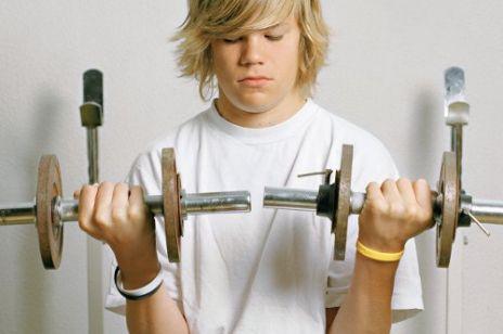 Nastolatek uzależniony od siłowni
