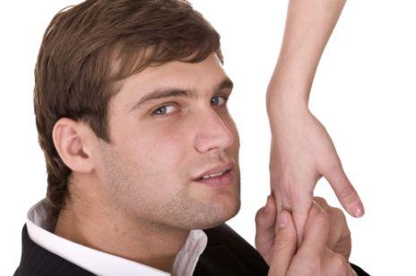 Całowanie w rękę - czy to wypada?
