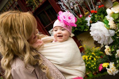 Dlaczego warto nosić dziecko w chuście- zdaniem Reni Jusis