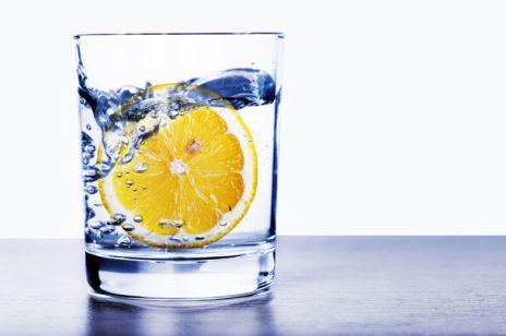 Woda z cytryną – najprostszy sposób na piękno i zdrowie