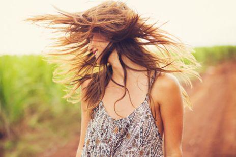 Poprawa kondycji włosów suchych dzięki kosmetykom odżywczo-regenerującym