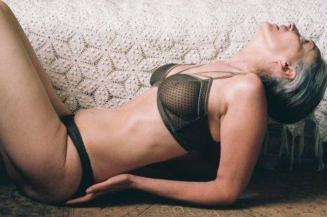 Starsza modelka w seksownej kampanii bielizny