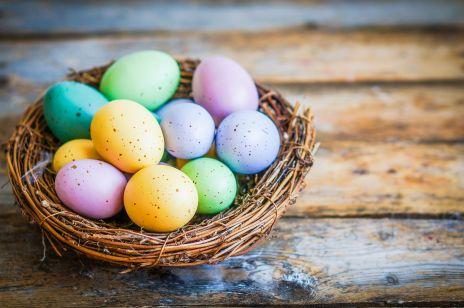 8 naturalnych barwników do jajek, które masz w kuchni