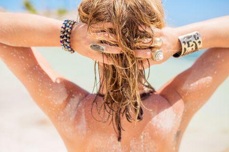 6 trików na piękne włosy latem