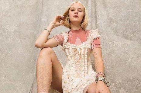 Modelka nie ogoliła nóg do reklamy. Zalała ją lawina hejtu