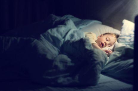Rodzice zasnęli z dzieckiem w łóżku: niemowlę zmarło
