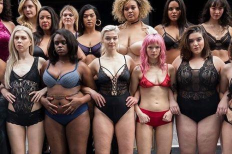 Kobiety w różnych rozmiarach na wybiegu w centrum Nowego Jorku. Petarda!