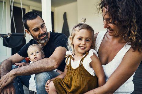 Rodzice DOSTANĄ 300 zł na każde dziecko: od kiedy pierwsze wypłaty?