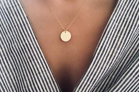 Delikatna biżuteria na lato: złote łańcuszki
