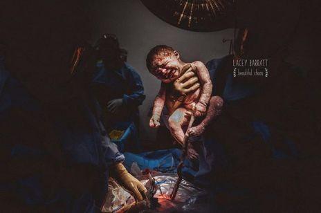 Porodowe zdjęcia tej fotografki ZNIECHĘCAJĄ do macierzyństwa?