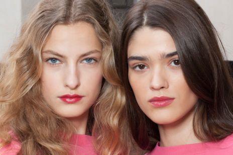 5 błędów, przez które twoja fryzura cię postarza