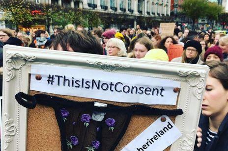 Kobiety masowo zamieszczają na Instagramie zdjęcia bielizny – co to za protest?