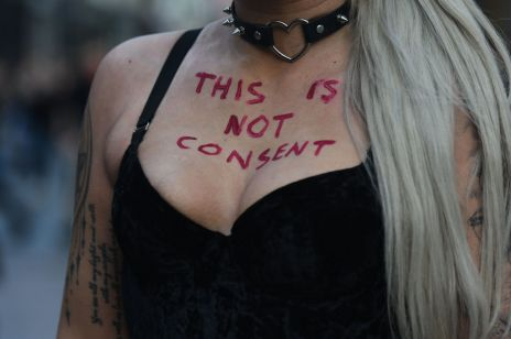 Kobiety w samej bieliźnie na ulicach Dublina: co to za protest?