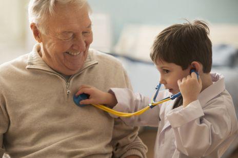W Łodzi działa dom opieki dla seniorów, który odwiedzają dzieci z domu dziecka