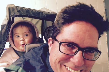 Ten tata pokazuje, jak wychować dziecko z zespołem Downa: opublikował wzruszające zdjęcie