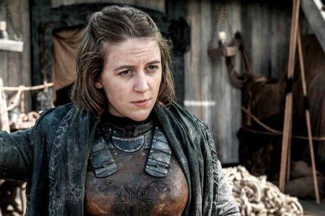 """Aktorka """"Gry o tron"""" karmi piersią na planie. Internautki są zachwycone"""