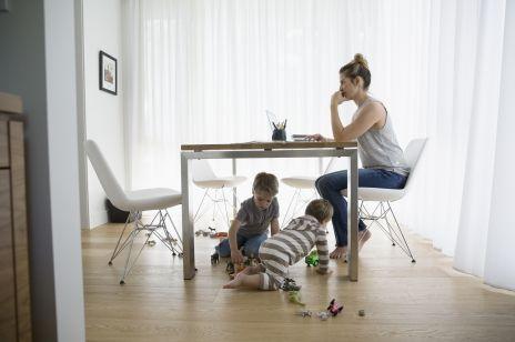 ZUS oskarża matki o wyłudzenia? Wyjaśniamy, skąd się biorą nasilone kontrole
