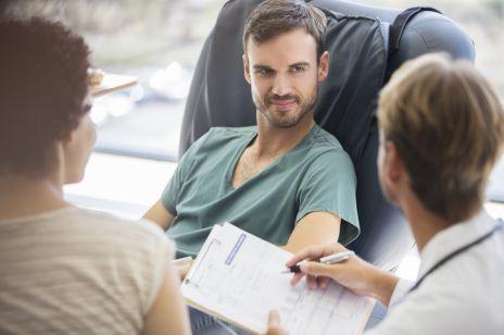 Ginekomastia – co powoduje powiększenie piersi u mężczyzn? Jakie są metody leczenia?