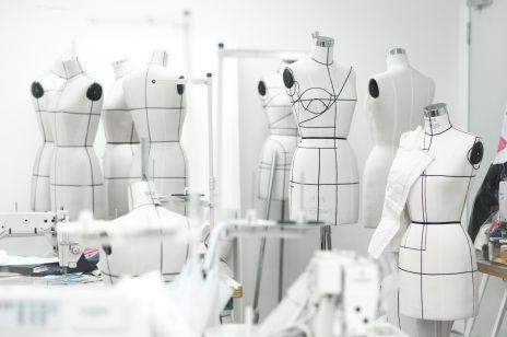 """""""Pakt o modzie"""" podpisały największe firmy odzieżowe. Na czym polega?"""