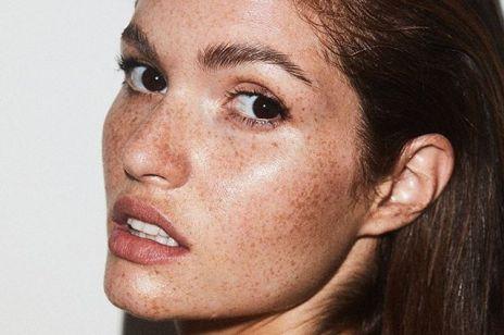 Jak nawilżyć odwodnioną skórę suchą, a jak tłustą? Różnica jest zasadnicza