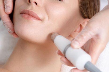 Mikrodermabrazja korundowa – kultowy zabieg na tłustą i zanieczyszczoną skórę. Dlaczego jest tak skuteczny?