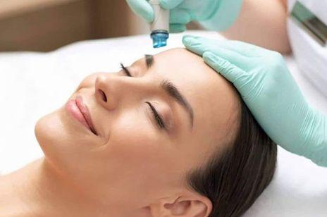 Oczyszczanie wodorowe – ten zabieg jednocześnie liftinguje i oczyszcza skórę. Ile ma etapów? Jaka jest cena?