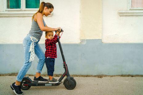 """Matka jechała z dzieckiem w nosidełku na hulajnodze. """"Nie róbcie głupich rzeczy"""" - apeluje ekspert"""
