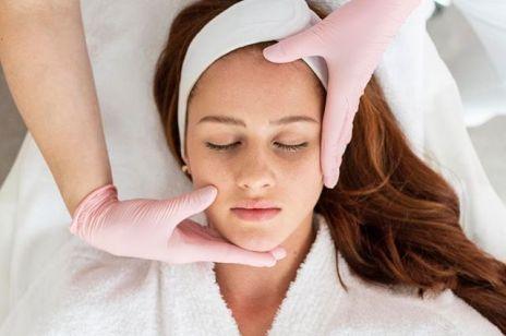 Laminowanie brwi i rzęs, BB Glow, masaż Kobido – jakie zabiegi będą hitem w 2020 roku?