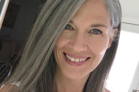 Ten sposób na siwe włosy sprawi, że nie będziesz chciała ich maskować!