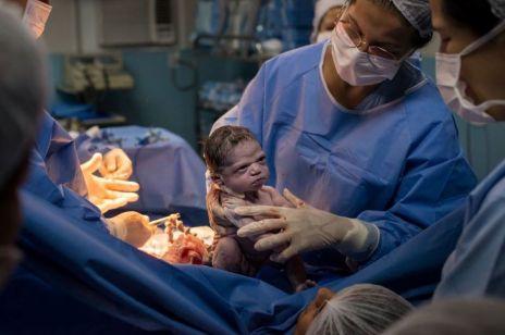 Młoda gniewna: Zdjęcie noworodka z wściekłą miną hitem sieci
