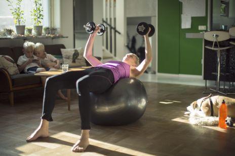 Ćwiczenia z hantlami w domu dla pań: na brzuch, plecy i ujędrnienie biustu