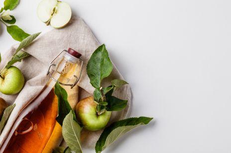 Woda z octem jabłkowym: na co pomaga i jak często można ją pić?