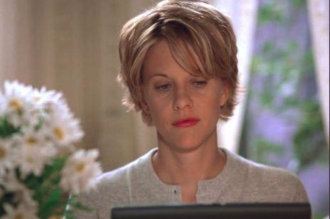 """""""Netflix face"""" – czyli zmarszczki od smartfona i laptopa. Jak niebieskie światło niszczy twoją skórę?"""