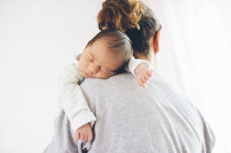 Sen niemowlaka: jak radzić sobie z płytkim i niespokojnym snem u dziecka?
