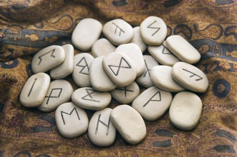 Wróżba z run: jak wróżyć z run i czym są karty runiczne?