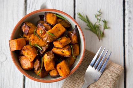 Bataty z grilla: jak zrobić i z czym podawać grillowane słodkie ziemniaki?