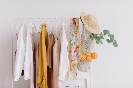 Mniej znaczy lepiej. Jak wybierać i pielęgnować ubrania, żeby starczyły nam na lata?