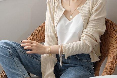 Ten sweter pokochały blogerki modowe. Jak nosić kardigan?