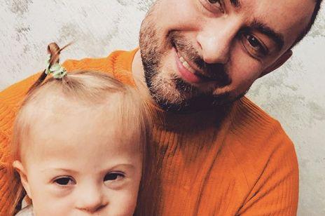 """Bartek Królik o wychowywaniu córki z zespołem Downa:  """"Miłość i wdzięczność, którą Gucia ma w sobie, całkowicie wyleczyła lęk"""""""