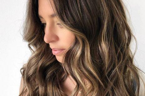 Refleksy na ciemnych włosach: jak je dobrać i zrobić w domu?