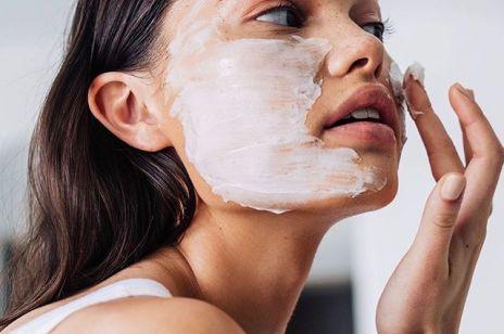 Czy żel do mycia twarzy działa na zaskórniki? Odpowiedź brzmi: TO SKOMPLIKOWANE
