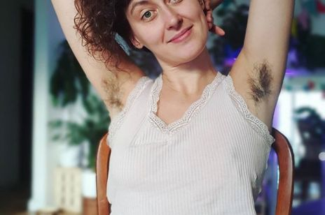 """""""Włosy pod pachami są ok"""". Dwie Polki nakręciły film, który normalizuje kobiece owłosienie - to trzeba zobaczyć!"""