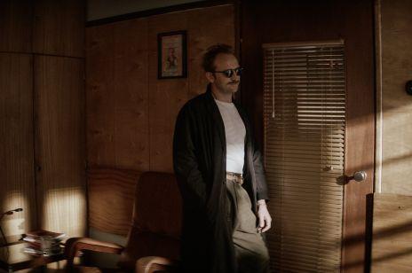 """Borys Szyc w roli playboya w serialu HBO """"Warszawianka"""". Macie podejrzenia, na kim wzorował się Żulczyk?"""
