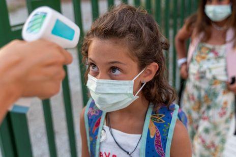 """Nowa fala pandemii. """"Należy zamknąć szkoły"""" - apeluje ekspert"""