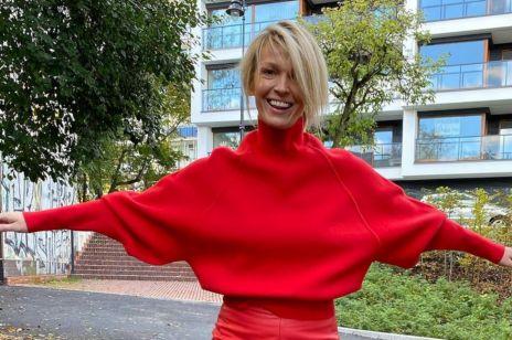 Magda Mołek w modnym swetrze na jesień i seksownej skórzanej spódnicy. Tą stylizacją odjęła sobie 10 lat!