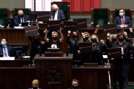 Burza w Sejmie! Posłanki zablokowały obrady, Kaczyński chroniony przez straż, Zandbergowi puściły nerwy