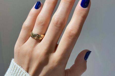 Manicure na jesień: paznokcie w kolorze navy blue, które wysmukli płytkę